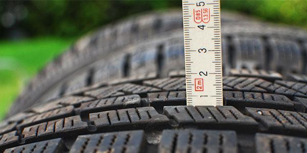Kolla ditt mönsterdjup innan du byter däck. Minst 1,6 mm gäller för sommardäck och 3 mm för vinterdäck.