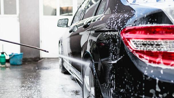 Ge bilen en utvändig biltvätt.