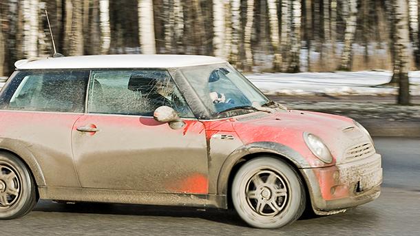 Tvätta bilen på vintern och skydda lacken från hård smuts