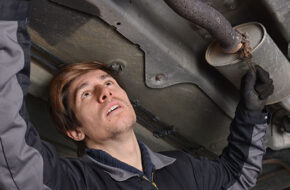 Bilens avgassystem - skada på avgasröret